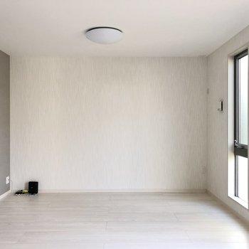 こちらの壁だけグレーのクロス。空間広々と使ってくださいね。