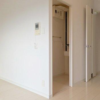 隣に脱衣所。箱のようなつくりです。(※写真は7階の同間取り別部屋のものです)