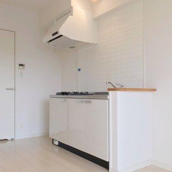 キッチンも白で清潔感。ダウンライトがお洒落です。(※写真は7階の同間取り別部屋のものです)
