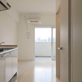 清潔感たっぷりの白いお部屋。(※写真は7階の同間取り別部屋のものです)