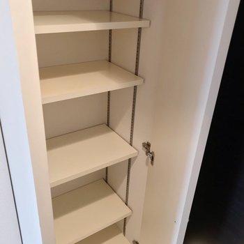 シューズボックスは可動棚でたっぷり入ります。(※写真は7階の同間取り別部屋のものです)