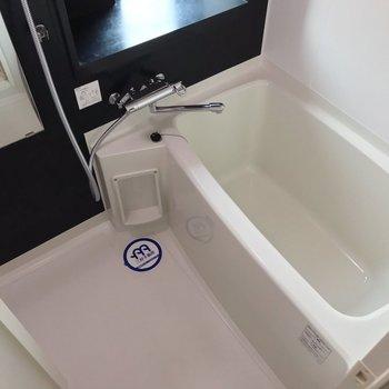 お風呂はサーモ水栓で温度調節簡単。お湯はり機能も付いています。(※写真は7階の同間取り別部屋のものです)