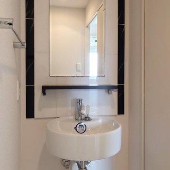 スタイリッシュな洗面台。なんだかホテルみたい。(※写真は7階の同間取り別部屋のものです)