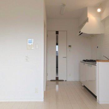 リビングはカクっとL字。水回りが独立したカタチなので家具の配置もしやすいんです。(※写真は7階の同間取り別部屋のものです)
