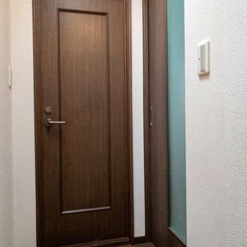 【奥・トイレ】【右・LDK】