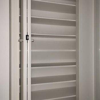 洗面台の向かいには隠せる収納があります。※フラッシュを使用しています※写真は2階の同間取り別部屋のものです。