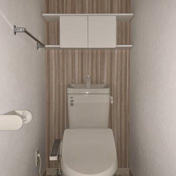 床が可愛い。しっかり棚もあります。※フラッシュを使用しています※写真は2階の同間取り別部屋のものです。