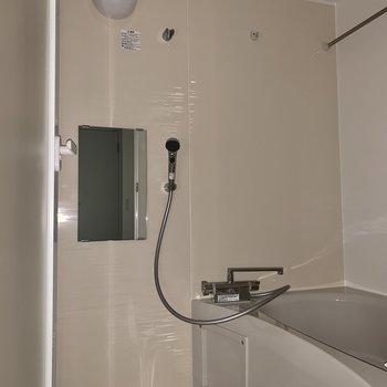 浴室乾燥機もありますよ。※フラッシュを使用しています※写真は2階の同間取り別部屋のものです。