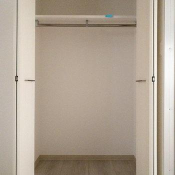 【納戸5.2帖】右側は大きなクローゼット!収納力があります。※写真は2階の同間取り別部屋のものです。