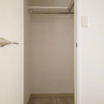 【納戸5.2帖】左側のドアはウォークインクローゼットへ。※写真は2階の同間取り別部屋のものです。