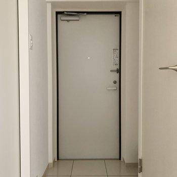 右がトイレ、左がサニタリーへ続きます。※写真は2階の同間取り別部屋のものです。