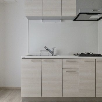 【LDK】冷蔵庫は左側に。 ※写真は2階の同間取り別部屋のものです。