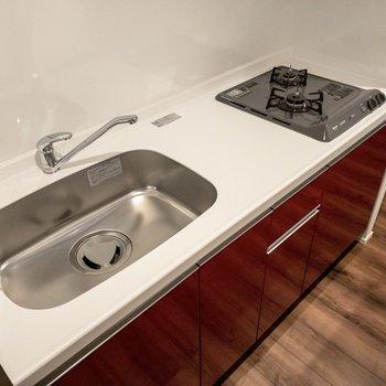 【LDK】収納力もあって、調理スペースも広々です。