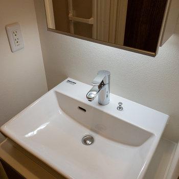 洗面所は鏡の下が光るタイプ。
