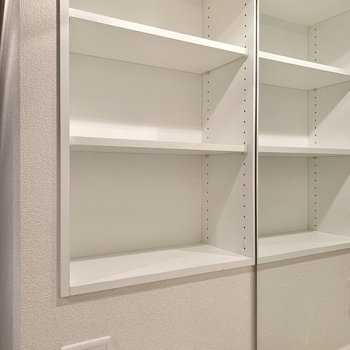 鏡の脇には棚や電源もあります。※写真は4階の同間取り別部屋のものです