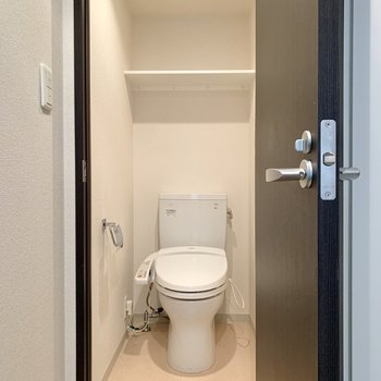 トイレには棚があるので足元を広く使えます。※写真は4階の同間取り別部屋のものです