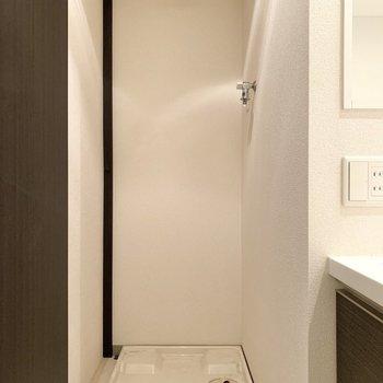 洗面台の右手側には洗濯パン。※写真は4階の同間取り別部屋のものです