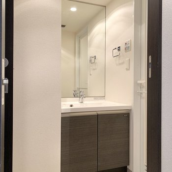 お次は脱衣所へ。斜め向かいに独立洗面台がありました。※写真は4階の同間取り別部屋のものです