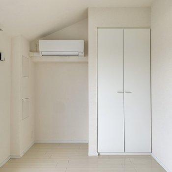 エアコンの下にベッドを置こうかな。※写真は4階の同間取り別部屋のものです