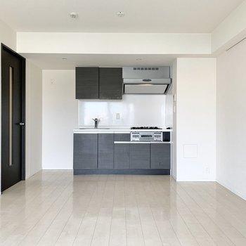 キッチンや扉は黒で揃えられています。※写真は4階の同間取り別部屋のものです