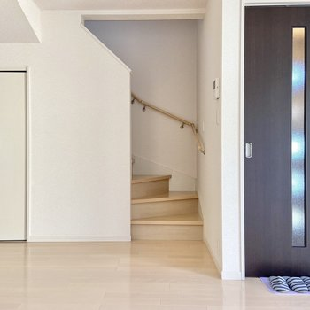【LDK】階段の横には収納が。