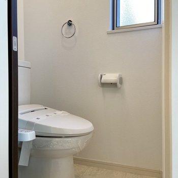 トイレはシンプル。ここにも小窓が。
