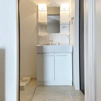 脱衣スペースには独立洗面台。朝使うものはここに。