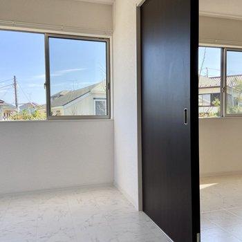 【洋室6帖】と【洋室5.2帖】こちらのスライドドアを開けるとお部屋がつながります。