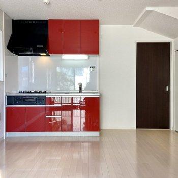 【LDK】つるっとした赤と黒のシステムキッチンが白に映える!