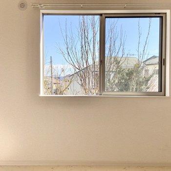 【洋室5.2帖】窓からはご近所さんの屋根たちが。