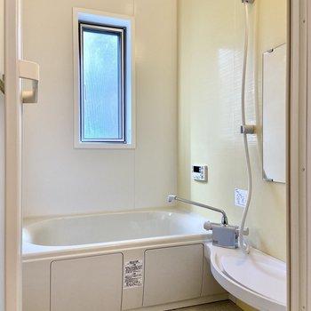 浴室には小窓も付いていて明るい。