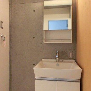 スタイリッシュな洗面台。隣には洗濯機置場広めの洗面台の横に洗濯機が置けます。(※写真は7階の同間取り別部屋のものです)