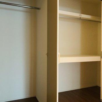 2パターンの収納。左にはお洋服を、右には生活用品を。
