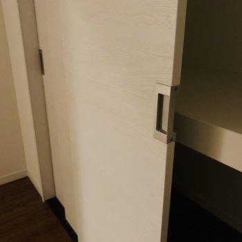 戸の裏側にも取っ手がついている気遣い。