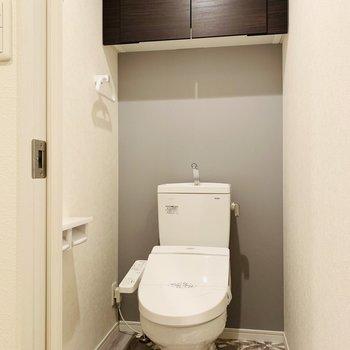 トイレはシックな雰囲気。