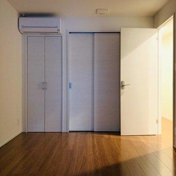 【洋6.22】こちらは寝室かな。大きめのベッドを置いて朝日に邪魔されない快適な睡眠タイム。