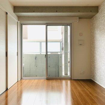 グレーの低めのソファや素材感のあるカーペット敷いて、落ち着く空間づくりをしたい。