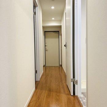 気持ちいい長い廊下にはユーティリティや納屋が。