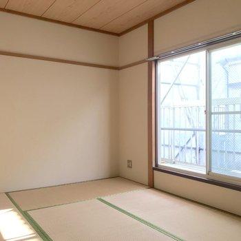 【和室】まずは2階から。日本人に馴染みの深い畳のお部屋です。