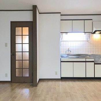 【LDK】キッチンに仕切りなどはないので、パーテーションがあれば匂いのある料理の時に便利かも。