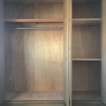 【洋室】収納も大容量。ハンガーポールもあって衣類の整理がしやすいですね。