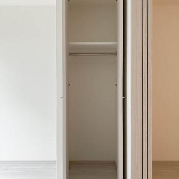 【洋室】クローゼットは細めの作り。※写真は3階の同間取り別部屋のものです
