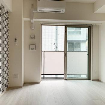 【洋室】まずは奥のお部屋から。※写真は3階の同間取り別部屋のものです