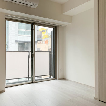 【洋室】窓側が奥にぽこっと広がっています。※写真は3階の同間取り別部屋のものです