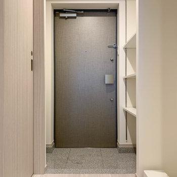 廊下へ。玄関までのストロークは短め。※写真は3階の同間取り別部屋のものです