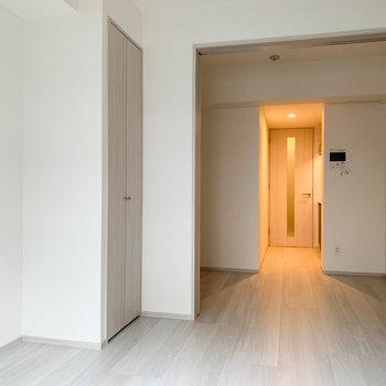 【洋室】窓側から見ると。奥にもう一部屋。※写真は3階の同間取り別部屋のものです