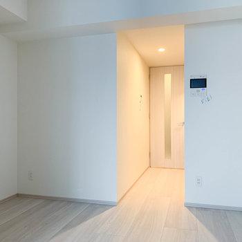 【DK】キッチン側のお部屋へ。※写真は3階の同間取り別部屋のものです