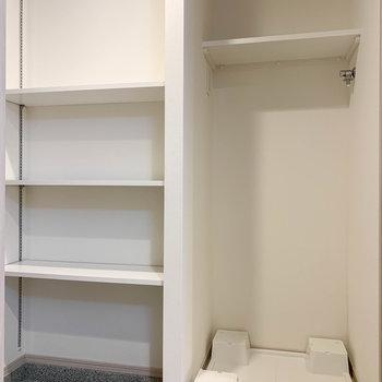 サイドに洗濯機置き場とラックがあります。※写真は3階の同間取り別部屋のものです