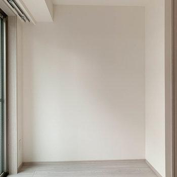 【洋室】窓の近く、ここにベッドを置こうかな。※写真は3階の同間取り別部屋のものです