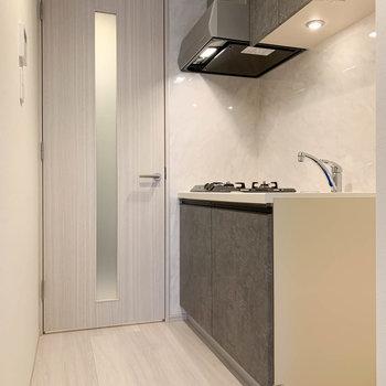 【DK】キッチンは廊下扉沿いの近くに。※写真は3階の同間取り別部屋のものです